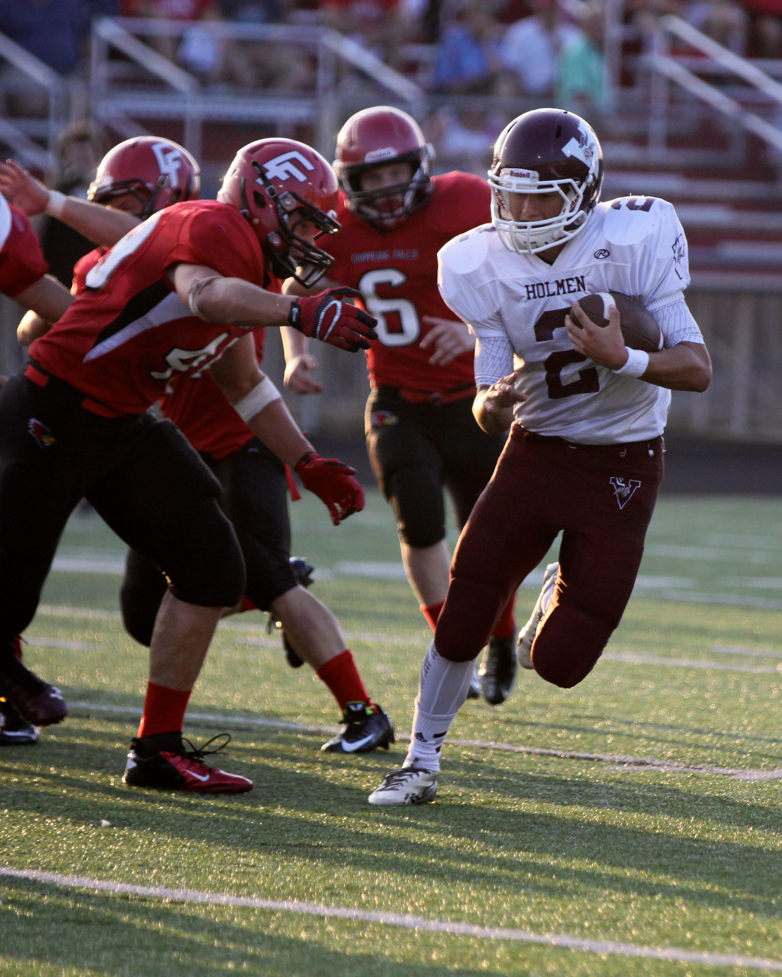 Holmen QB Zimmerman bounces one outside. Photo by Carrie Bergum.