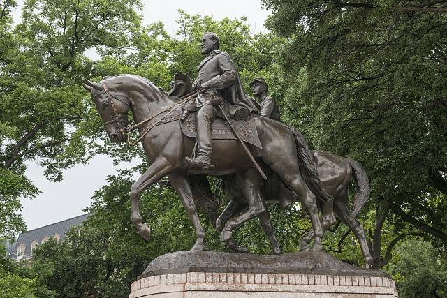 Robert E. Lee statue in Dallas, Tex.