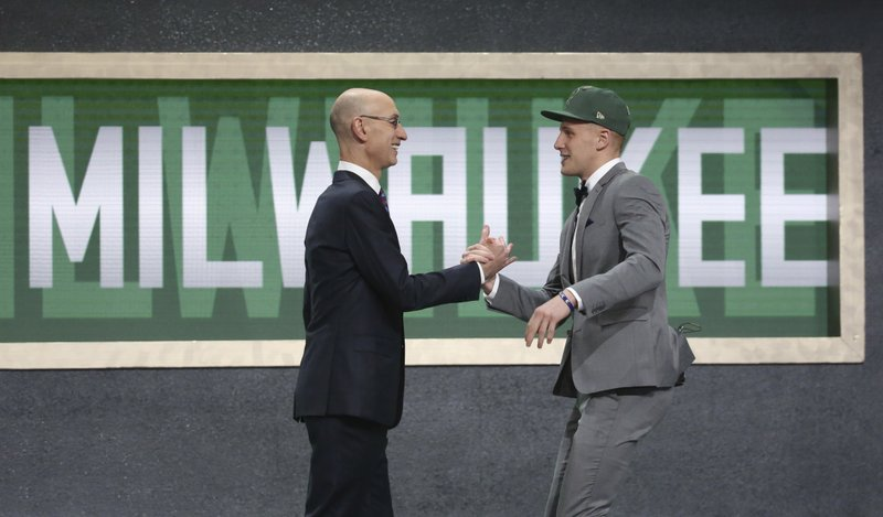 Bucks take sharpshooting 'Nova guard Donte DiVincenzo