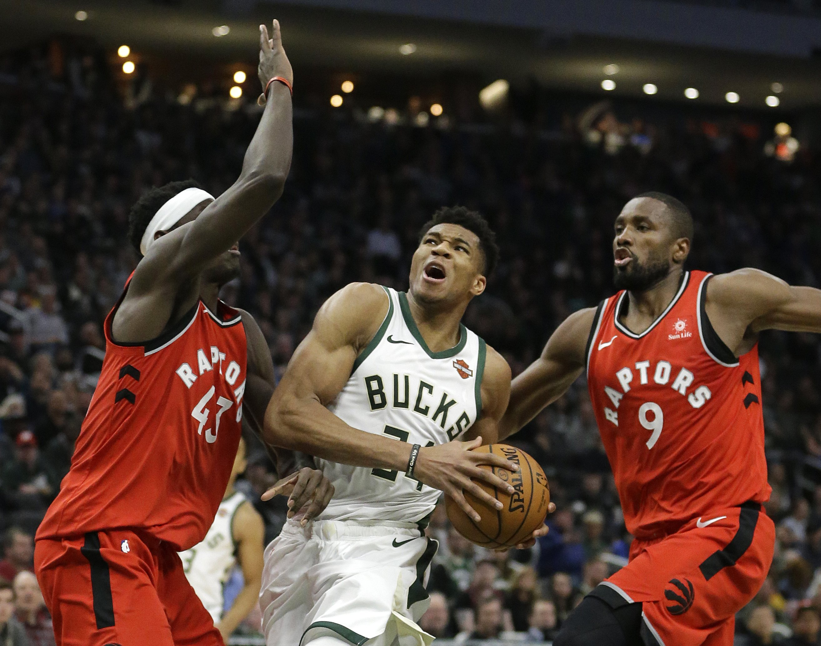 Leonard, Siakam each score 30 points, Raptors beat Bucks