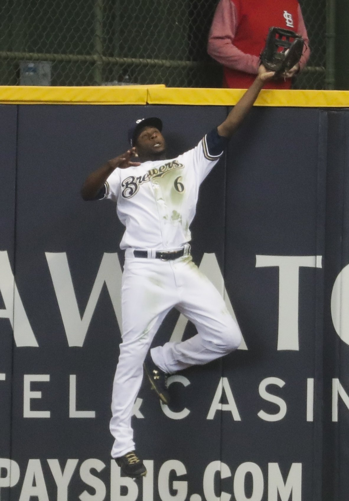 Cain robs tying home run with 2 outs in bottom of 9th, as Brewers win on Opening Day