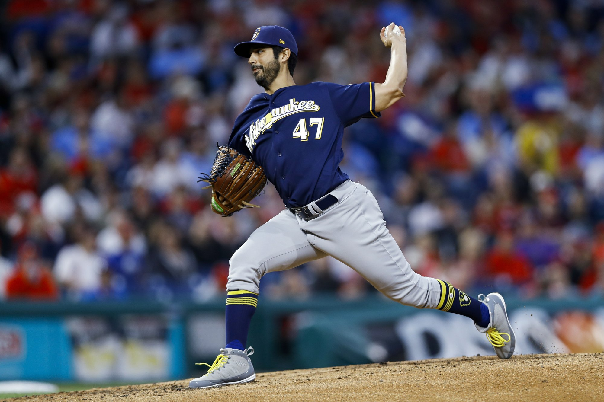 Gio outduels Arrieta, as Brewers top Phillies