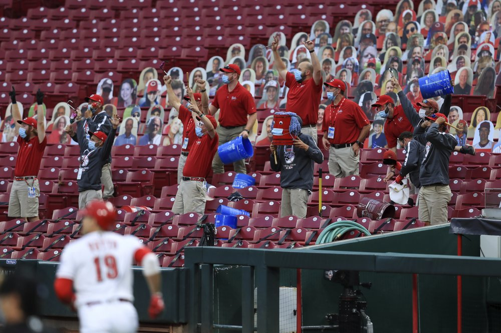 Bauer fans 12 Brewers, as Reds take 2 of 3