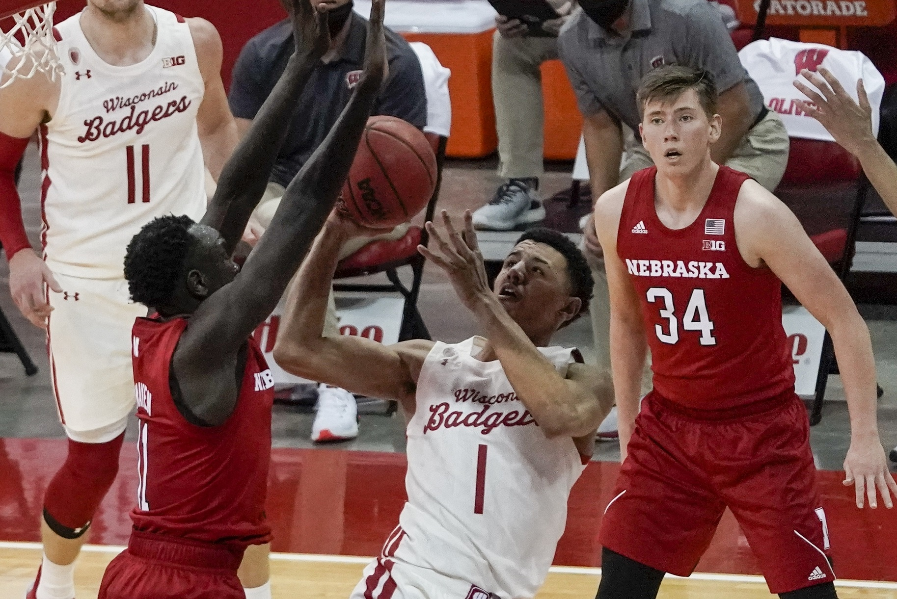 La Crosse's Davis goes for 7 points, 6 rebounds as Badgers open B1G with win