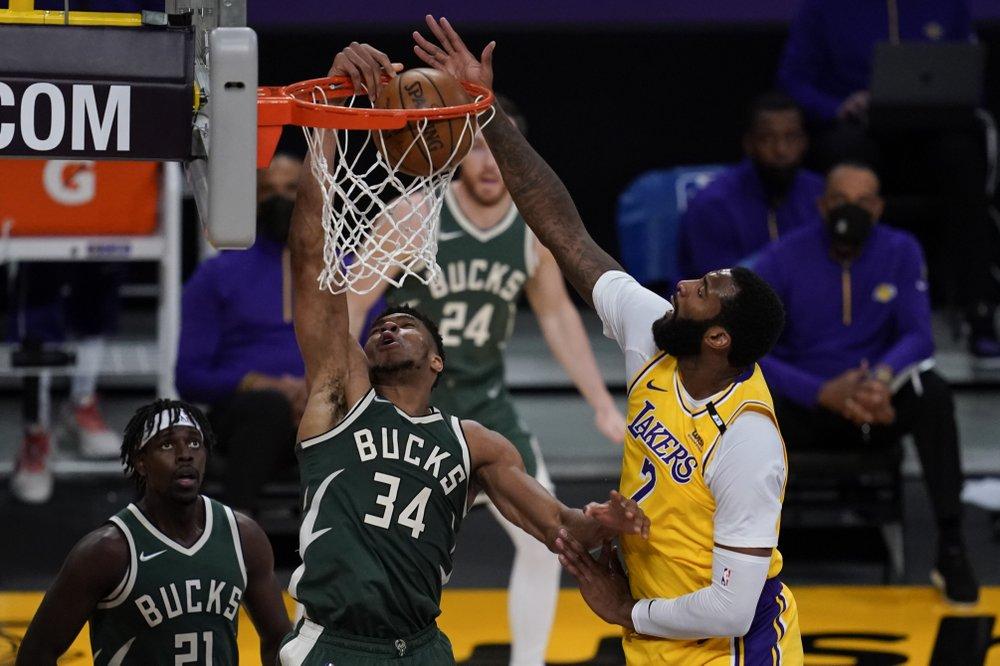 Drummond leaves debut with bruised toe, Bucks beat LA 112-97