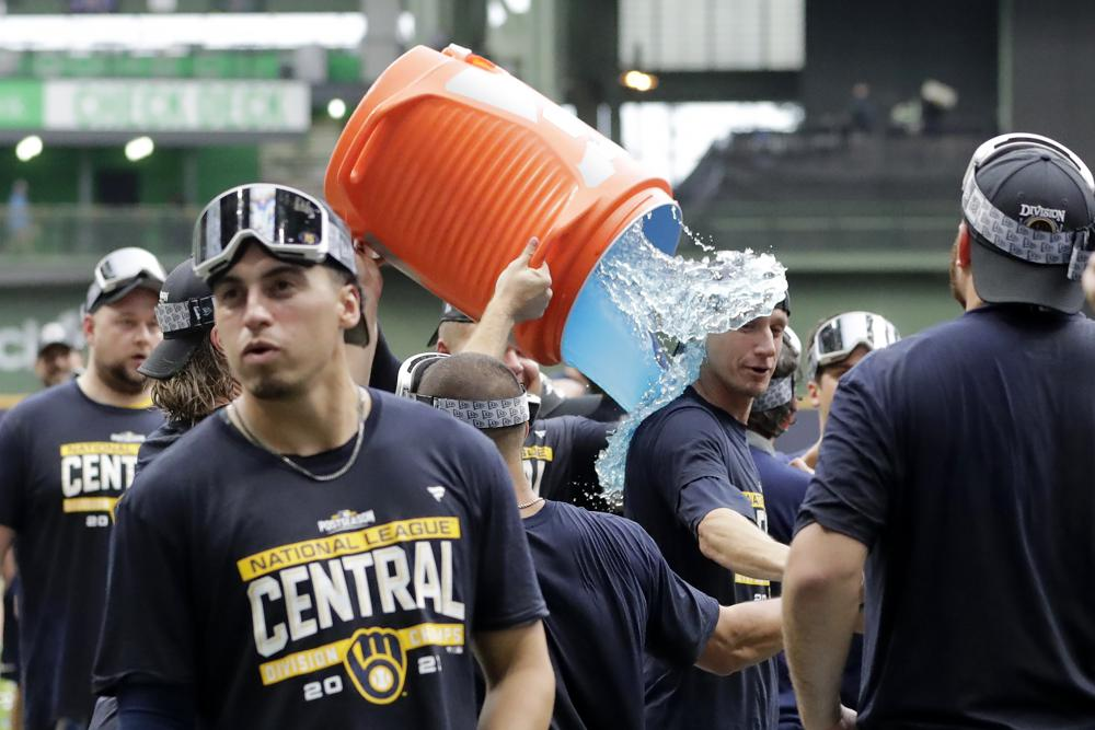 43,000 fans erupt, as Brewers clinch NL Central title
